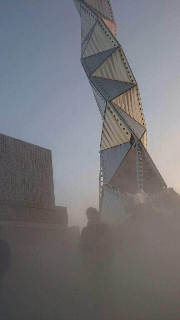霧の彫刻 昼 縦