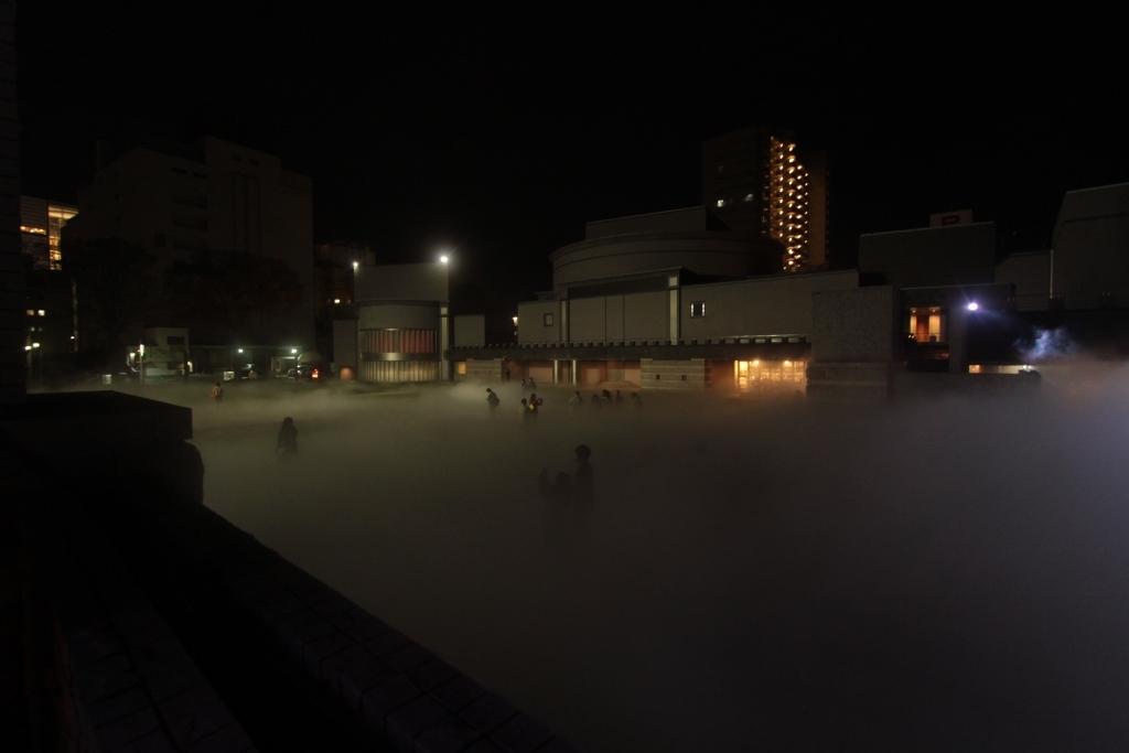 霧の彫刻 全体 夜