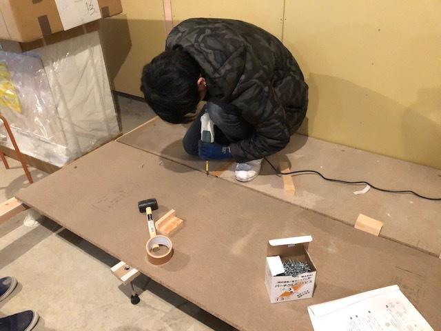 息子、自分の部屋の床を作る