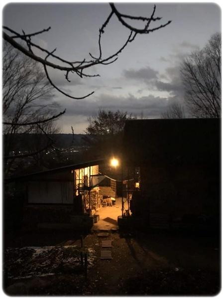 夕暮れ時の石積みの家