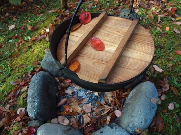 庭の芋煮鍋に落ち葉