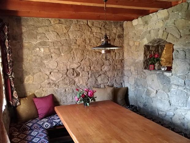 石積みの家のコテージとバラ
