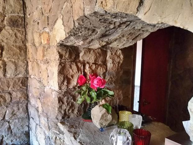 石積みのコテージとバラ