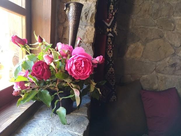 石積みの家の窓辺のバラ