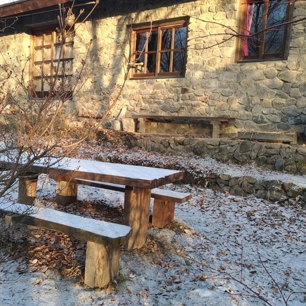 石積みの家の雪の朝
