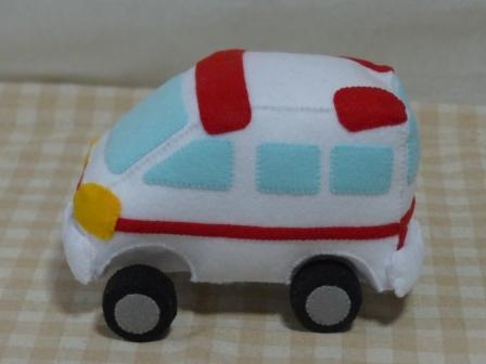 フェルト手芸 救急車 2