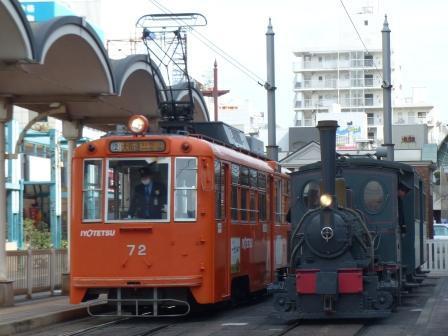 坊っちゃん列車と市内電車 (モハ50形)
