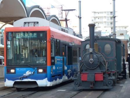 坊っちゃん列車と市内電車 (モハ2100形)