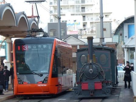 坊っちゃん列車と市内電車 (モハ5000形)
