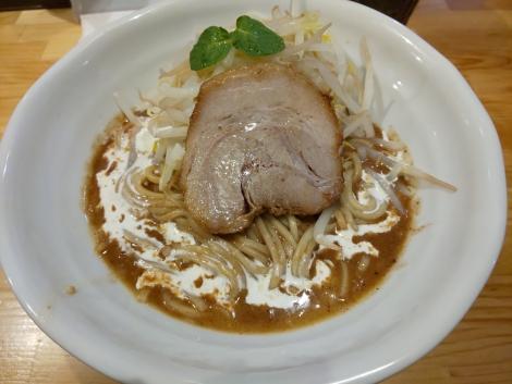 褐色のコク味噌山賊麺