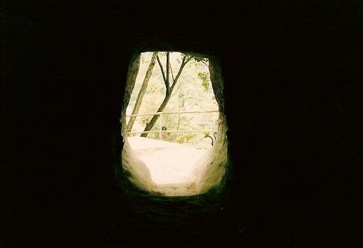 吉見百穴横穴墓群玄室より