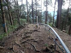 ⑥P778mを過ぎモノレールの尾根を下り、間違いに気づき50m登り返しました