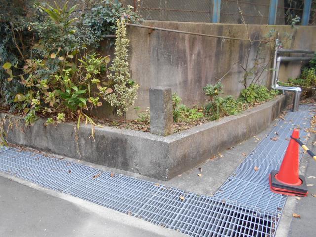 横須賀共済病院駐車場陸軍境界石 (5)