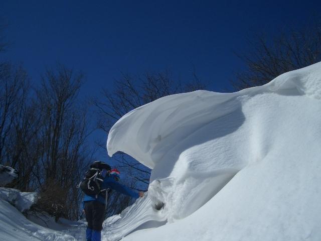 雪庇の下で