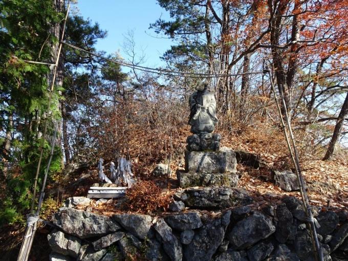 大前山の神官像