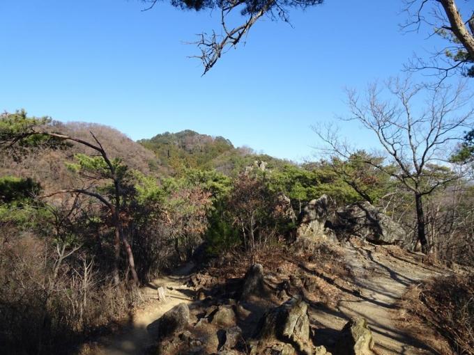 露岩の道から奥に両崖山