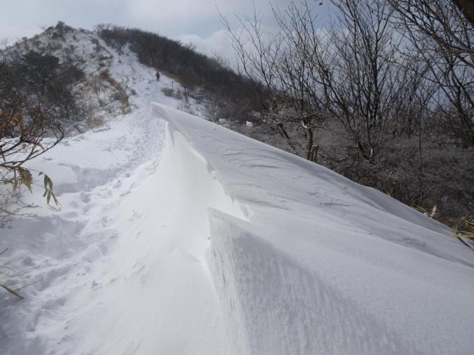 雪庇の横を