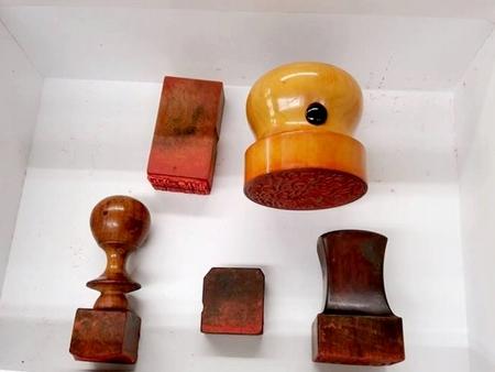 お預かりした御朱印はどれも歴史を感じるもので、現在では使われていない形状の持ち手のものもありました