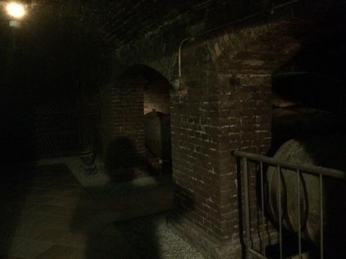地下のワイン貯蔵庫