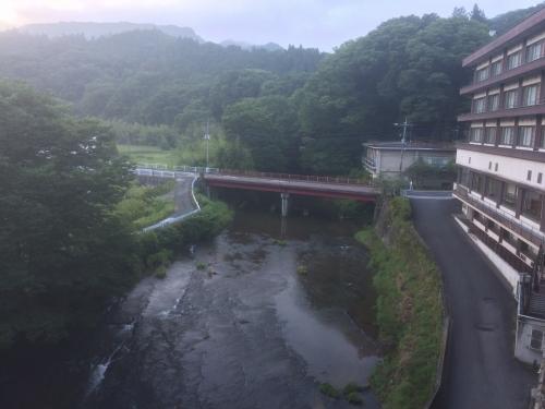 部屋から見えた袋田の滝へ流れる久慈川支流と思い出浪漫館