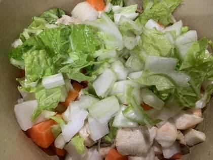 鶏肉の色が変わったら野菜のせます