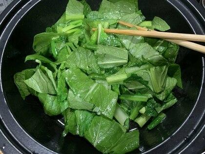ごま油をひいたお鍋に小松菜を入れて炒める