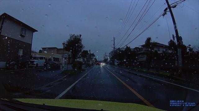 20190219 トヨタ スパシオ白 歩道を走行-1