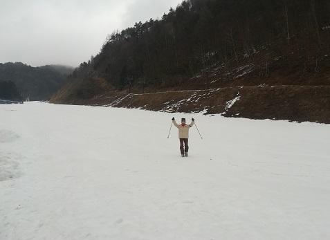 13 スキー靴が壊れて、ゲレンデを歩いて降りて来たKさん