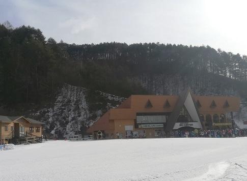5 リフト乗場の横は、スキースクールの受講者でいっぱい