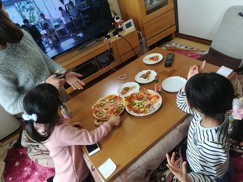 2 生活発表会のビデオを見ながら昼食の準備