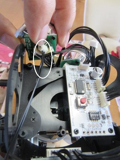 3 右目の空いているコネクターに画像処理ボードからのケーブルを接続する