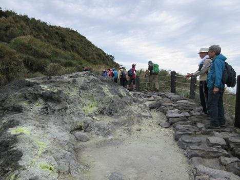 25 噴気孔の登山道は続く