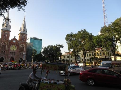聖母マリア教会と中央郵便局
