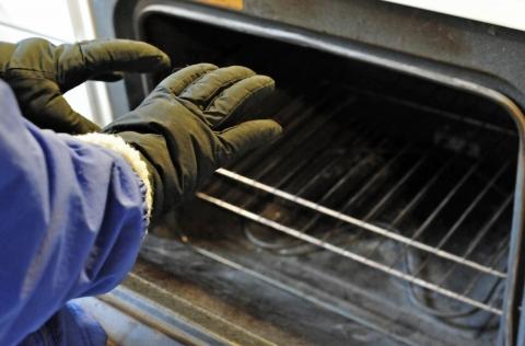 オーブンで暖を取る