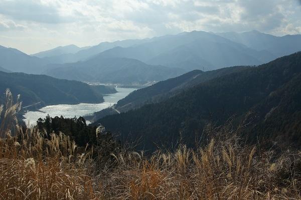 南山より宮ヶ瀬湖、丹沢山地