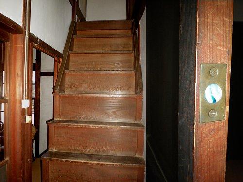野間郵便局旧舎・階段