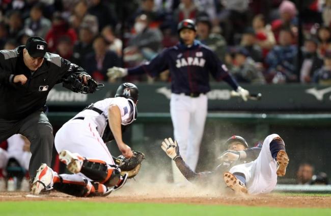 2018.11.13 侍ジャパン-MLB選抜第4戦 マツダスタジアム 9回表日本1死一、三塁、菊池のスクイズで生還した田中