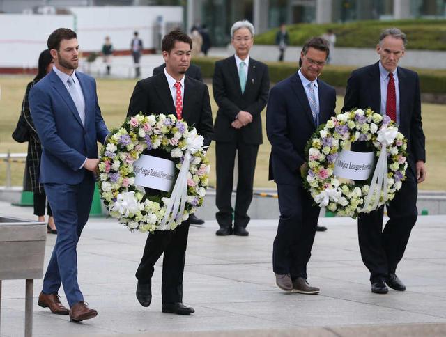 2018.11.12 平和記念公園を訪れ原爆慰霊碑に献花したマリナーズ・ハニガー、ドジャース前田、マッティングリー監督、MLBアジア・ジム・スモール副社長