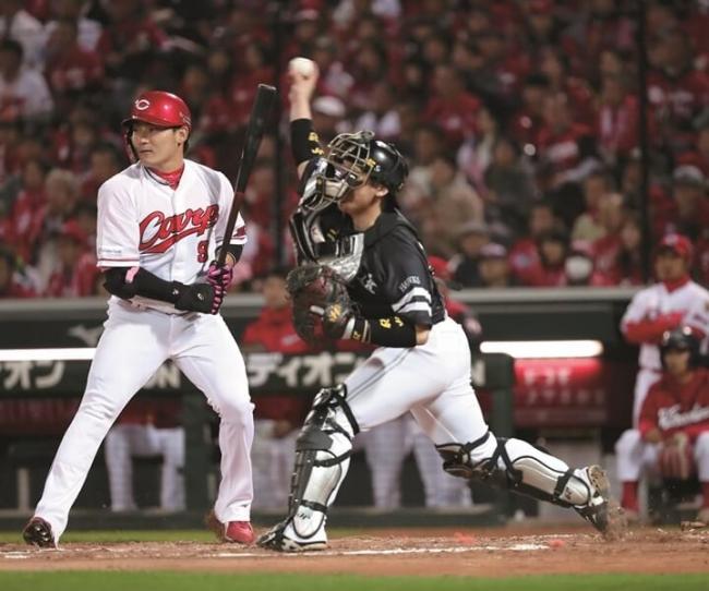 """2018.11.3 日本シリーズ第6戦 1回、一死一塁で一走・田中が抜群のスタートを切ると""""甲斐キャノン""""が発動。一度はセーフの判定もリクエストでアウトに覆る。日本シリーズ最多5連続盗塁阻止"""