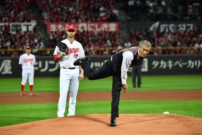2018.11.3 日本シリーズ第6戦 「下町ロケット」帝国重工 財前部長の姿で始球式を務めた吉川晃司