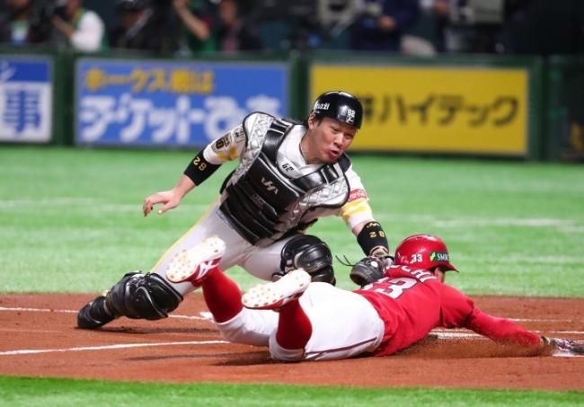 2018.10.31 日本シリーズ第4戦 初回一死一塁から丸の右中間二塁打で一走の菊池が本塁に突入するもタッチアウト
