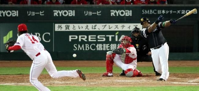 2018.10.27 日本シリーズ第1戦 5回表ソフトバンク2死二、三塁、代打・デスパイネが適時内野安打を放つ