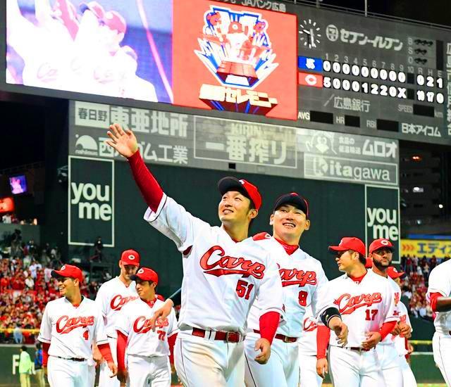 2018.9.26 ファンの歓声に応えながら場内を一周する鈴木と丸