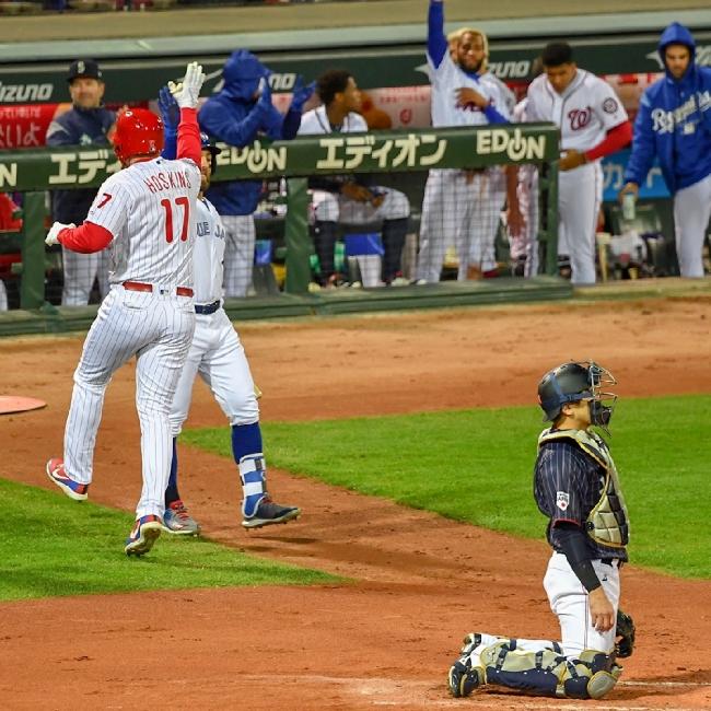 2018.11.13 侍ジャパン-MLB選抜第4戦 マツダスタジアム 2回先制ソロ本塁打フィリーズのホスキンスを迎えるMLBベンチ