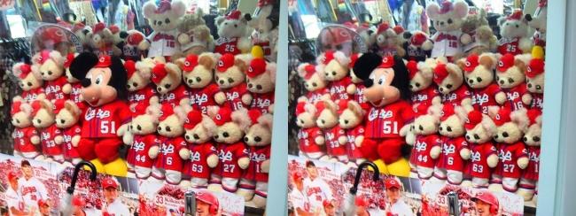 尾道商店街で見かけたカープユニフォームのクマのぬいぐるみ(平行法)