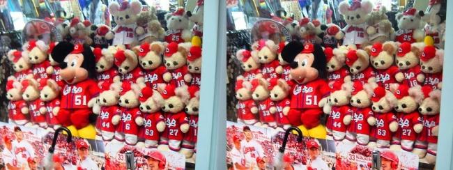 尾道商店街で見かけたカープユニフォームのクマのぬいぐるみ(交差法)