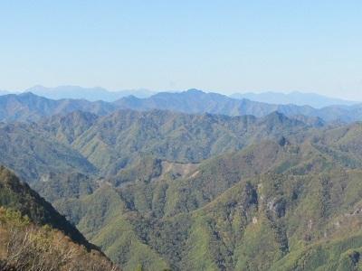 御座山の背後に八ヶ岳連峰を遠望
