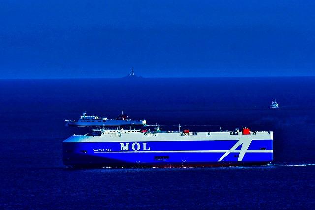 水の子灯台と自動車運搬船と宇和島運輸フェリー
