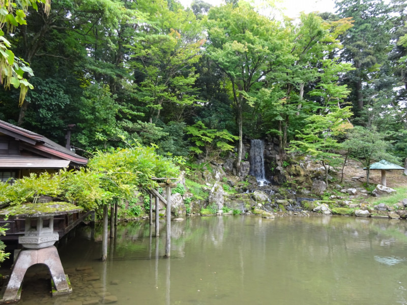 園内に滝もあります