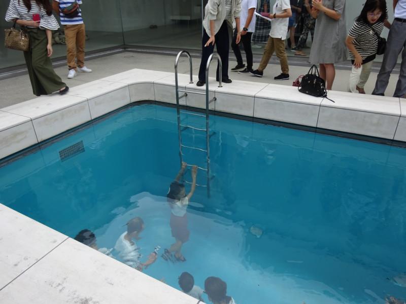 プールの底に降りていっているみたい。